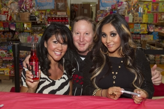 <p>Rocket Rob's real life buddies--3-time world champion female boxer Mia St. John and Snooki.</p>